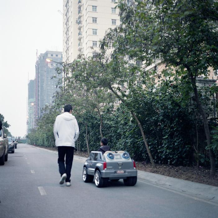 Residence-Petit-garçon-petite-voiture-700PX